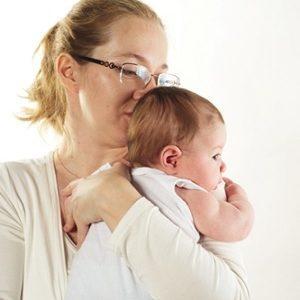 как проверить и узнать болит ли ухо у ребенка