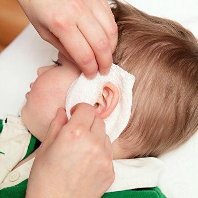 У ребенка стреляет ухо: что делать и как лечить?