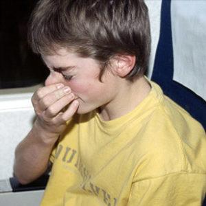 почему болят уши при посадке самолета