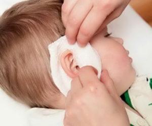 у ребенка высокая температура и болит ухо
