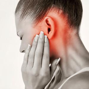 Как оказывать первую помощь при боли в ухе?
