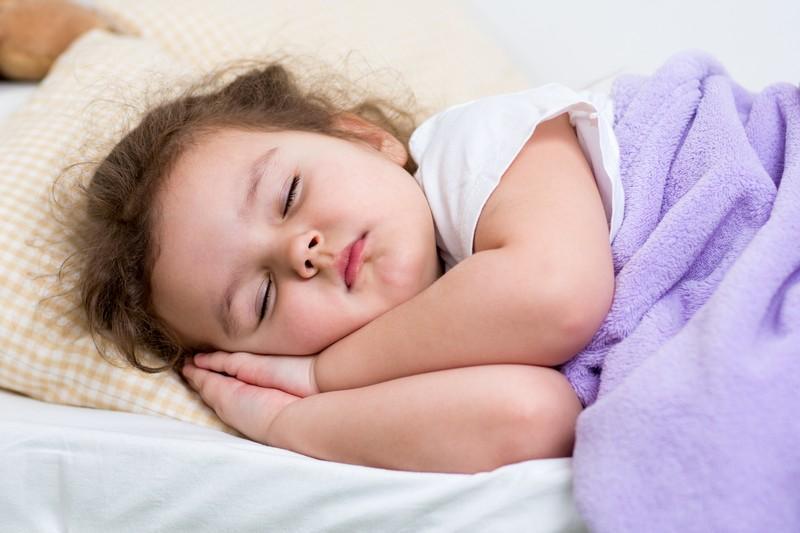 Почему ребенок храпит во сне но соплей нет, что это может значить?
