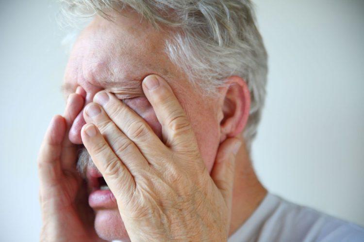закладывает нос и болит голова