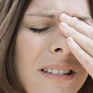 почему болит лоб между бровями и насморк